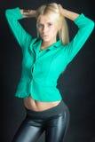 Härlig flicka i det gröna omslaget Royaltyfria Bilder