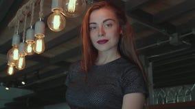 Härlig flicka i elegant klänning i hennes lyxiga lägenhet stock video