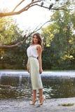 Härlig flicka i elegant klänning och charmiga leendet som poserar för fotografen i parkera av Yekaterinburg Arkivbilder