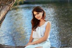 Härlig flicka i elegant klänning och charmiga leendet som poserar för fotografen i parkera av Yekaterinburg Arkivfoton