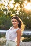 Härlig flicka i elegant klänning och charmiga leendet som poserar för fotografen i parkera av Yekaterinburg Royaltyfri Fotografi
