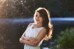 Härlig flicka i elegant klänning och charmiga leendet som poserar för fotografen i parkera av Yekaterinburg Royaltyfri Bild