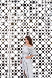 Härlig flicka i elegant klänning och charmiga leendet som poserar för fotografen i staden av Yekaterinburg Royaltyfria Foton