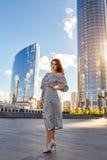 Härlig flicka i elegant klänning och charmiga leendet som poserar för fotografen i staden av Yekaterinburg Royaltyfria Bilder