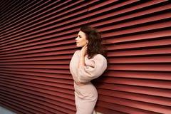 Härlig flicka i elegant klänning och charmiga leendet som poserar för fotografen i staden av Yekaterinburg Arkivfoto