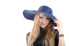 Härlig flicka i en blåtthatt Royaltyfri Foto
