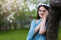 Härlig flicka i en blommande Apple fruktträdgård royaltyfri fotografi
