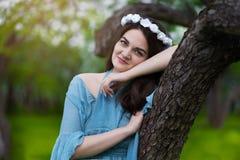 Härlig flicka i en blommande Apple fruktträdgård royaltyfri bild