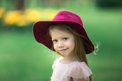 Härlig flicka i en burgundy hatt arkivbilder