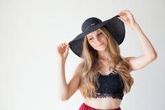 Härlig flicka i en hatt med ett brättemode Royaltyfri Fotografi