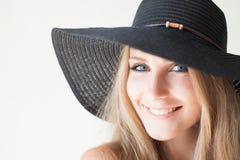 Härlig flicka i en hatt med ett brättemode Fotografering för Bildbyråer