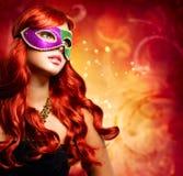 Härlig flicka i en karnevalmaskering Fotografering för Bildbyråer