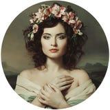 Härlig flicka i en krans av orkidér, renässans Royaltyfri Fotografi