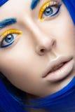 Härlig flicka i en ljus blå peruk i stilen av cosplay och idérik makeup Härlig le flicka Långt exponeringsfoto som tas i en tunne Royaltyfria Bilder