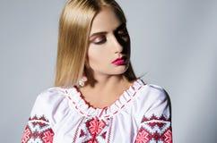 Härlig flicka i en nationell ukrainsk skjorta Fotografering för Bildbyråer