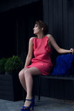 Härlig flicka i en persikaklänning Royaltyfria Bilder