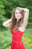 Härlig flicka i en röd klänning Royaltyfri Foto