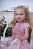 Härlig flicka i en rosa klänning Royaltyfri Bild