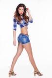 Härlig flicka i en skjorta och kortslutningar Fotografering för Bildbyråer