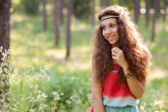 Härlig flicka i en skog Arkivfoto
