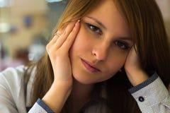 Härlig flicka i en stora affärermitt Royaltyfria Bilder