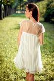 Härlig flicka i en vit klänning på naturen Fotografering för Bildbyråer