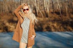 Härlig flicka i ett lag som poserar mot bakgrunden av en vårnatur Fotografering för Bildbyråer