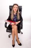Härlig flicka i ett sammanträde för affärsdräkt i a Arkivfoto