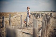 Härlig flicka i fält Fotografering för Bildbyråer