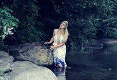 Härlig flicka i floden royaltyfri foto