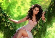 Härlig flicka i gränsen - rosa färgklänning royaltyfria foton