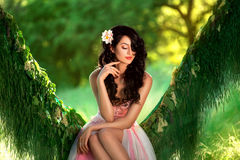 Härlig flicka i gränsen - rosa färgklänning fotografering för bildbyråer