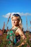 Härlig flicka i gräset Arkivfoton