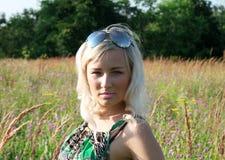 Härlig flicka i gräset Fotografering för Bildbyråer