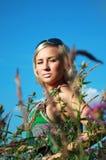 Härlig flicka i gräset Royaltyfri Fotografi