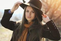 Härlig flicka i höststående Fotografering för Bildbyråer