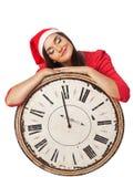 Härlig flicka i a i jultomten en hjälpredahatt som rymmer en stor tappning w Royaltyfria Bilder