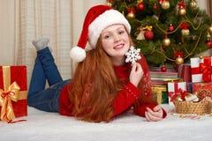 Härlig flicka i julgarnering Hemmiljö med det dekorerade granträdet och gåvor Helgdagsafton för nytt år och begrepp för vinterfer arkivbilder