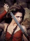 Härlig flicka i kläderna av en Viking eller en amason Arkivfoto