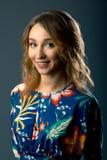 Härlig flicka i klänning för blom- tryck för sommar - elegant kvinna som bär en moderiktig och stilfull blom- dräkt Arkivfoto