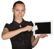 Härlig flicka i kort för vit för klänninginnehavmellanrum Royaltyfri Fotografi