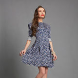 Härlig flicka i kort klänning Royaltyfri Fotografi