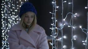 Härlig flicka i laganseende mot bakgrunden av ljus stock video