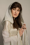 Härlig flicka i medeltida härlig klänning Royaltyfri Foto