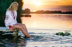 Härlig flicka i nationell ukrainsk broderiskjorta och wreat royaltyfria foton