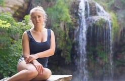 Härlig flicka i natur i skogen Arkivfoton