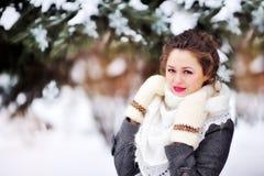 Härlig flicka i parkera i vintersjal royaltyfri foto