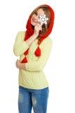 Härlig flicka i röd halsduk och snöflingan som isoleras på vit bakgrund, begrepp för vinterferie Arkivbild