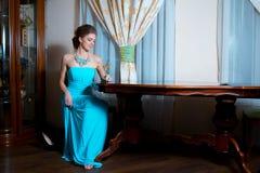 Härlig flicka i retro klänning Arkivfoton