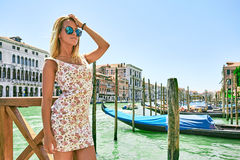Härlig flicka i romantiska venice nära fartygen och vattnet royaltyfria bilder